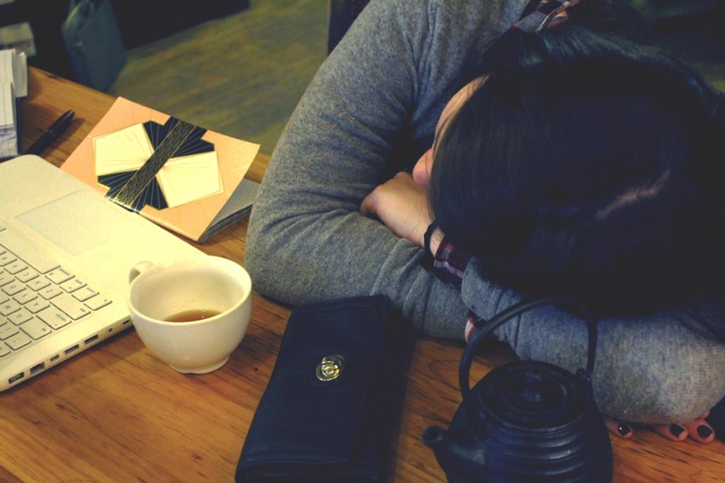 Arms-Crossed-Laptop-Coffee-Shop-Tea
